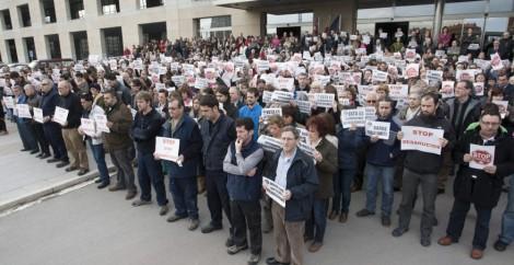 Funcionarios del Gobierno Vasco de Lakua II se concentraron para protestar por la muerte de sus trabajadores tras suicidarse antes de ser desahuciado.
