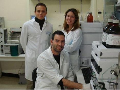 En la foto, de izquierda a derecha, parte del equipo investigador en el laboratorio de la UGR: Juan Pedro Arrebola, Francisco Artacho y María Fernández.