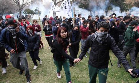 video-chile-marcha-de-estudiantes-por-avenida-principal-seria-ilegal