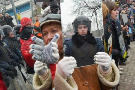 Manifestantes-en-Ucrania-protestan-con-espejos