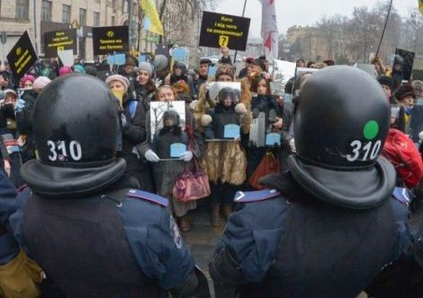 Manifestantes-en-Ucrania-protestan-con-espejos_2