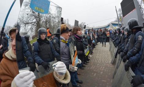 Manifestantes-en-Ucrania-protestan-con-espejos_3