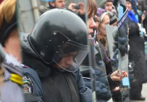 Manifestantes-en-Ucrania-protestan-con-espejos_4