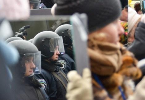 Manifestantes-en-Ucrania-protestan-con-espejos_5