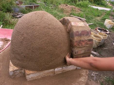 (Toques finales en el mortero de arcilla / arena entre los ladrillos, luego hacer un molde de arena húmeda)