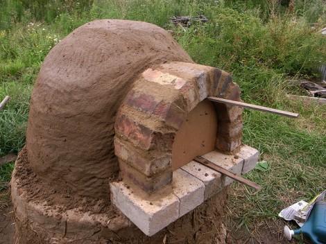 (Cuatro pulgadas de la mezcla de arcilla con paja  alrededor de la cúpula de arena, para después extraer la arena de la cúpula [vista interior])