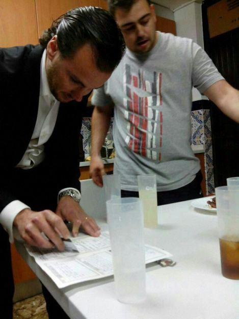 Circula-foto-de-concejal-del-PP-preparando-rayas-de-coca