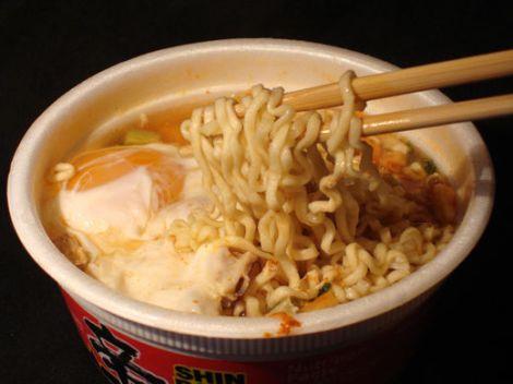 Descubra lo que sucede en su estómago cuando come sopa instantánea