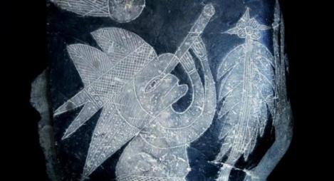 Una figura grabada en una piedra, se cree que es tan antigua como 65 millones años, se ve un telescopio, invento que se cree que fue creado en 1609 por Galileo. (Cortesía de Eugenia Cabrera / Museo Cabrera)