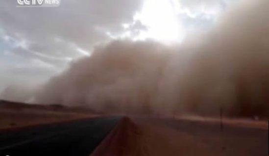 Una tormenta de arena 'engulle' el distrito de Alxa, en China_