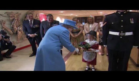 Una-niña-le-lleva-flores-a-la-reina-Isabel-II-y-se-lleva-una-bofetada-de-regalo